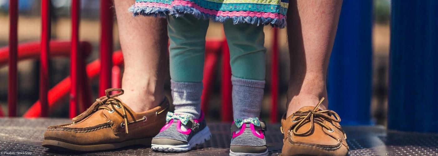 Vater und Tochter, nur Beine